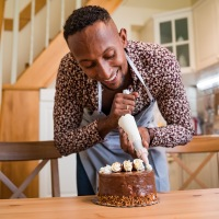 The icing/frosting on the cake: differences between British and American idioms